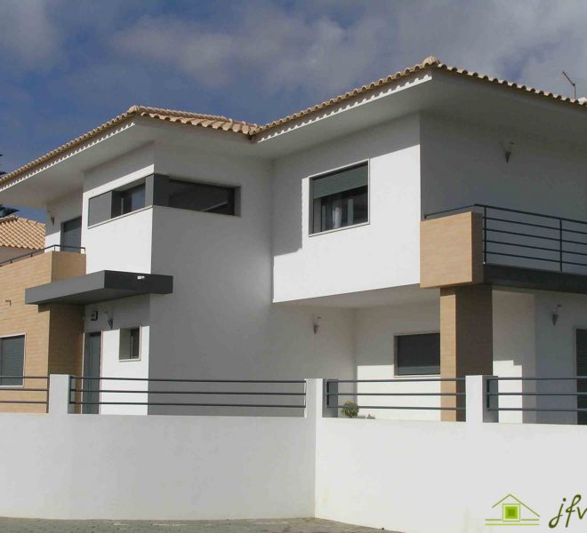 Two Story House with Garage in Mafra